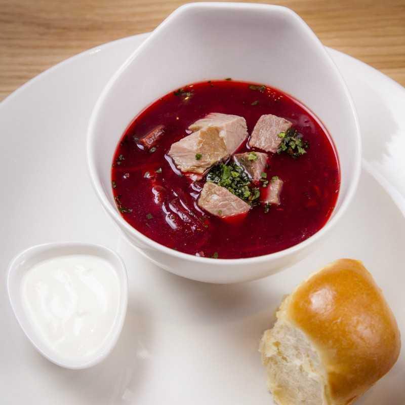Суп из корня особой травы, тушёный на сковороде, соединённый с крепким мясным бульоном. К этому супу традиционно подается местная сметана и  так же магическая плюшечка