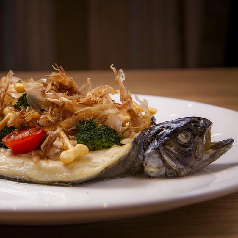 Летающая рыба с овощным панцирем, приготовленная в огненной капсуле