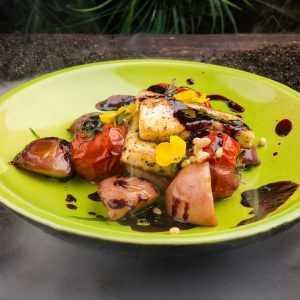 Салат с сыром халуми и персиками