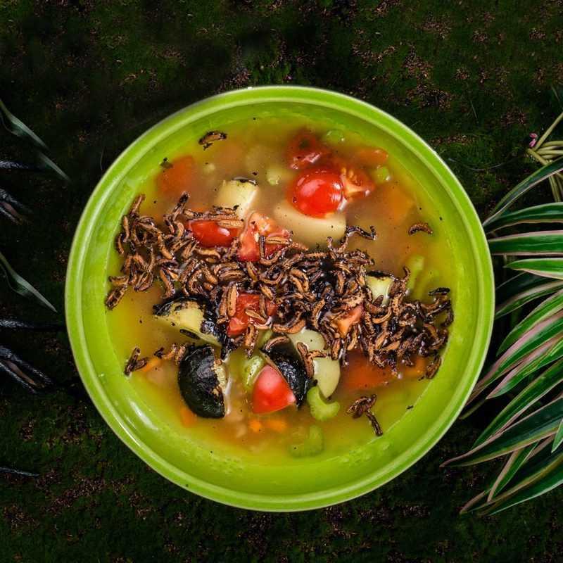 Уха из  лосося с луком, сельдереем, томатами и  картошечкой из костра