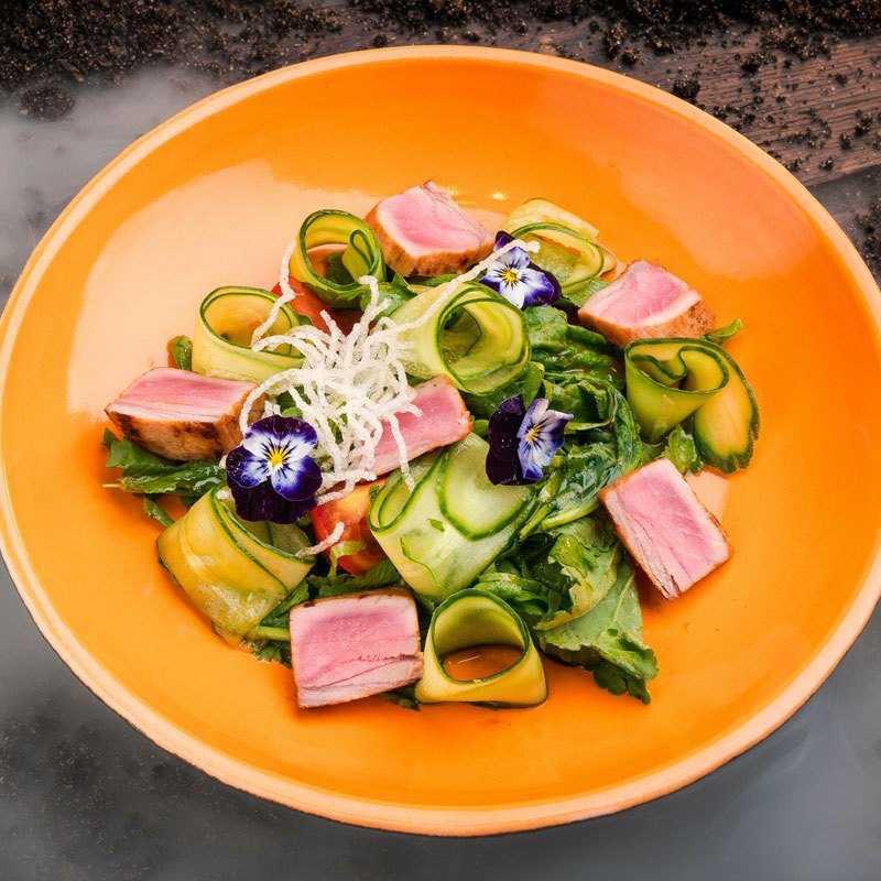 Салат из  тунца, обжаренного на гриле, листьев горчицы, свежего огурца и томатов с соусом «Понзу» и попкорном из кеноа