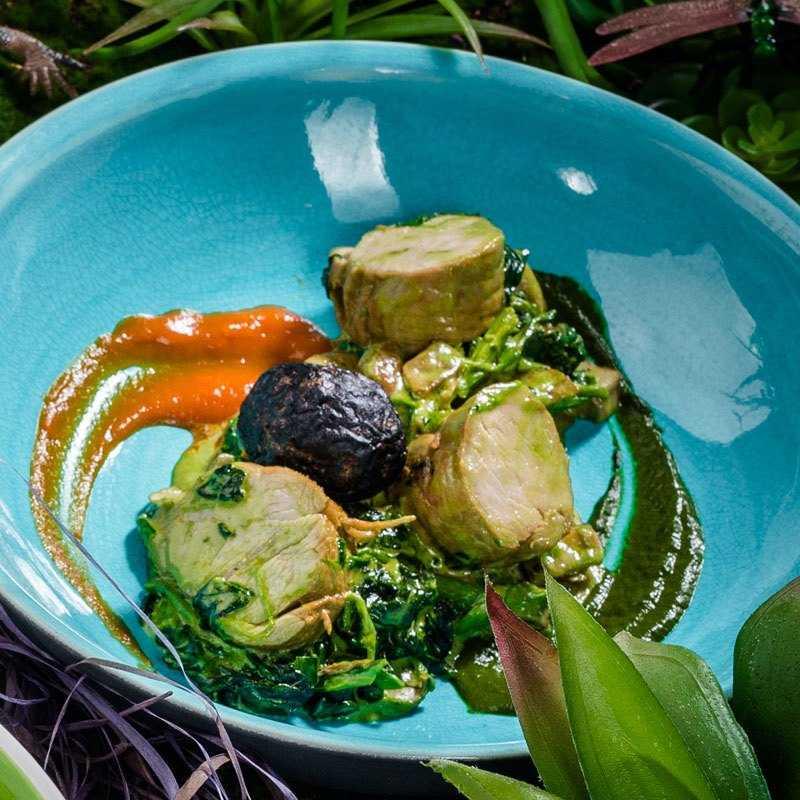 Телячья вырезка со сливочным соусом из шпината и белых грибов