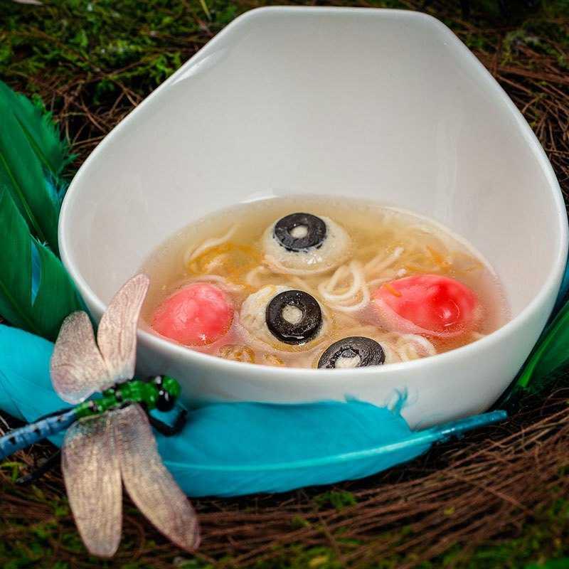 Суп с лапшой и розовыми яйцами Гнезда подводной птицы «Вивала», собранные на заходе второй луны, и украшенные ростком петрушки