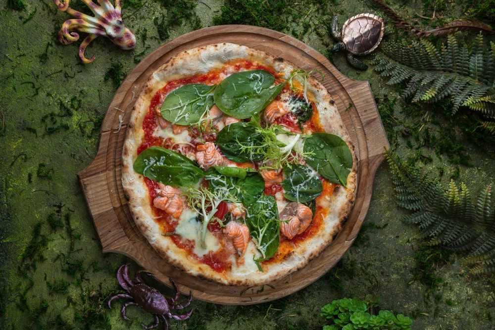<p>Тесто черное, лосось, шпинат, моцаррелла, пармезан</p>