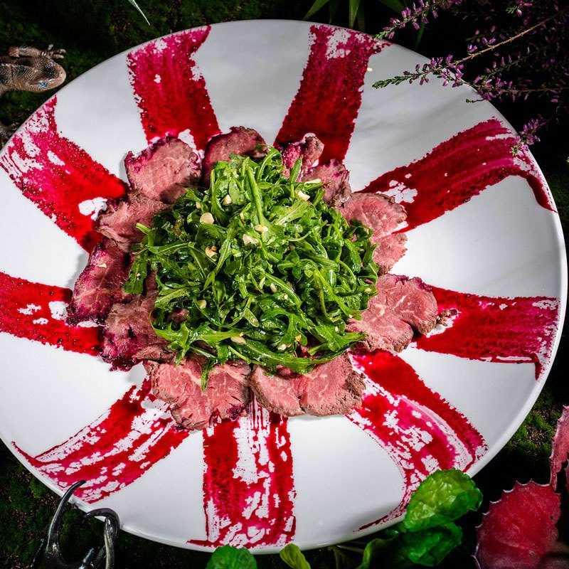 <p>Запеченная говяжья вырезка с рукколой и горчичным соусом и кедровыми орешками</p> <p>Вкусное мясо, добытое на красной планете, нарезанное тонкими ломтиками и украшенное символом спираль- ной галактики</p>