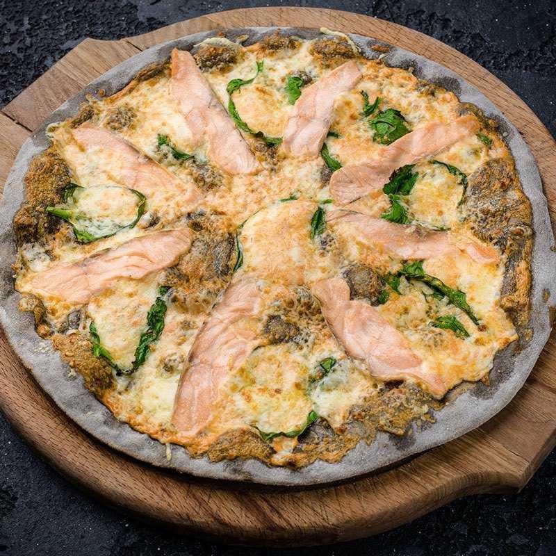 Тесто черное, лосось, шпинат, моцаррелла, пармезан