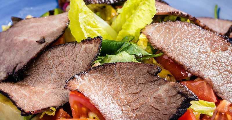 Салат-с-овощами-гриль-и-пастрами
