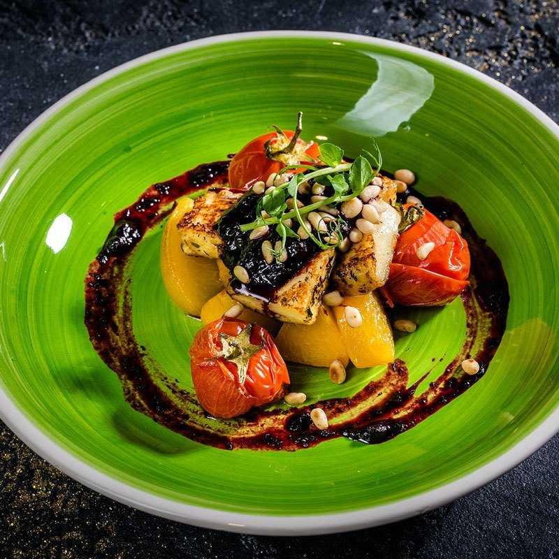 Сыр халуми жареный на гриле с карамелезированным персиком и запеченными томатами в черничном  соусе