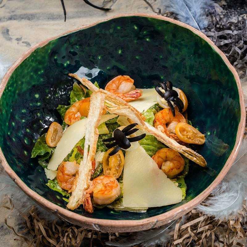 Листья салата Романо с теплыми тигровыми  креветками,  заправленные соусом Цезарь