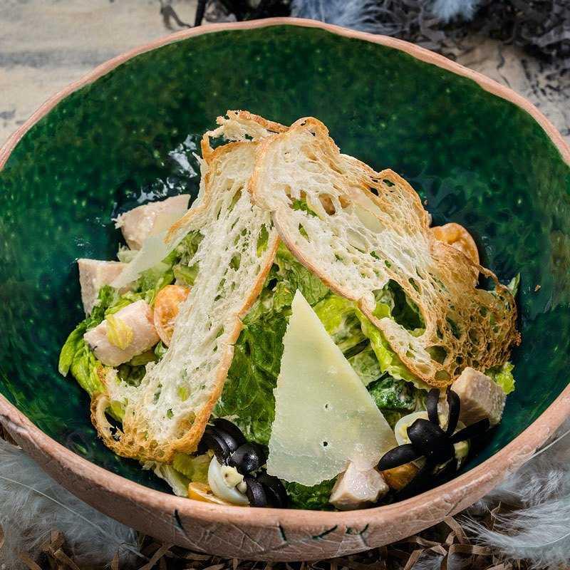 Листья салата Романо, куриное филе, фирменный соус Цезарь