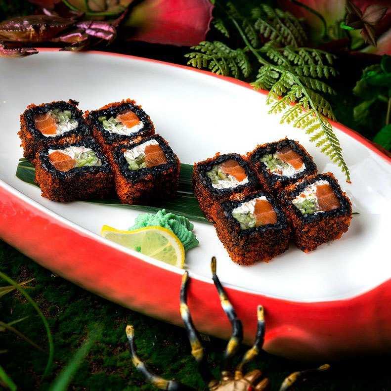 <p>Рис черный, сыр креметте, лосось, огурец, икра тобико (оранж.)</p>