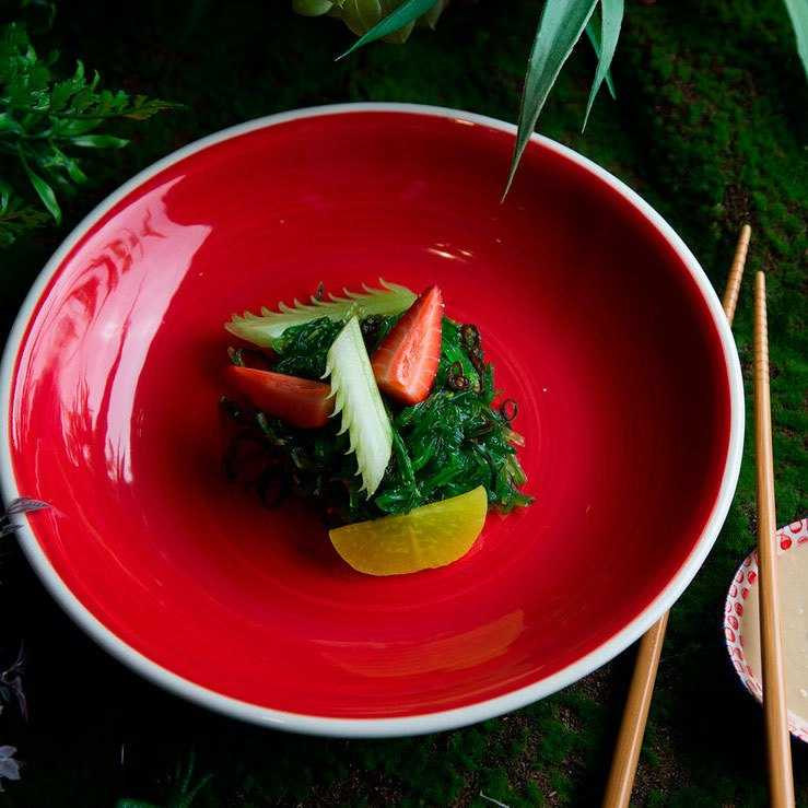 <p>Маринованные водоросли, сельдерей, клубника, дайкон маринованный, соус ореховый</p>