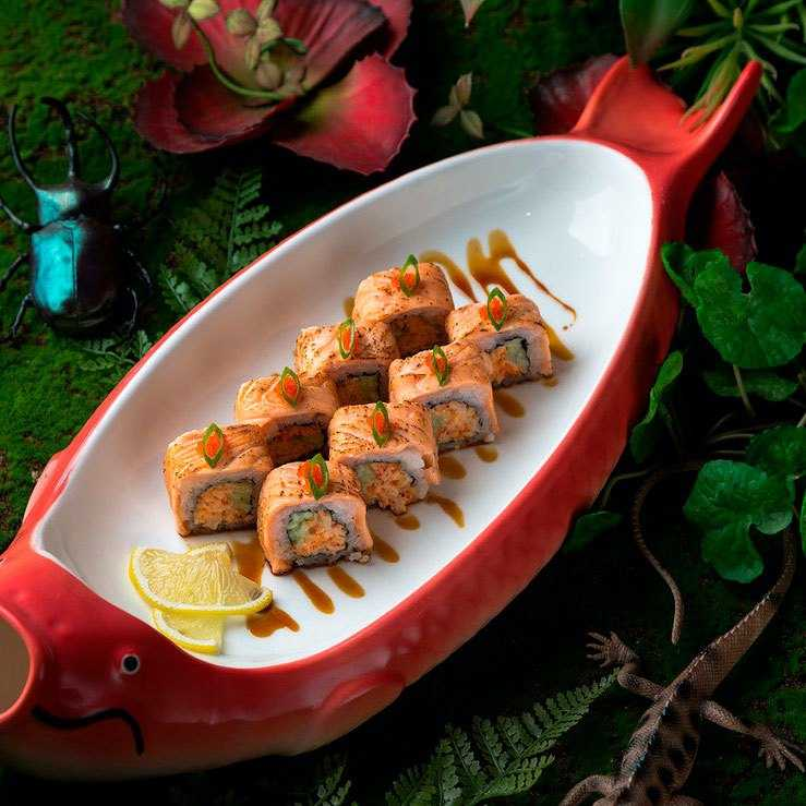 <p>Мясо краба, снежный краб, майонез, икра тобико (оранж., черн.), огурец, лосось опаленный, соус унаги</p>